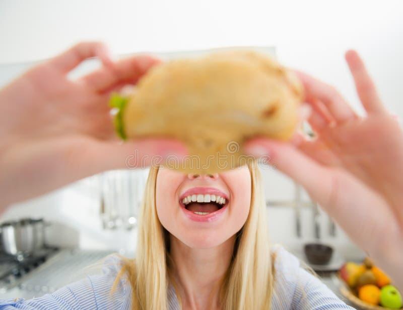 Plan rapproché sur la fille d'adolescent mangeant le sandwich images libres de droits