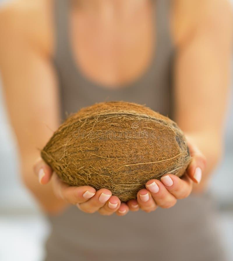Plan rapproché sur la jeune femme heureuse montrant la noix de coco photos libres de droits