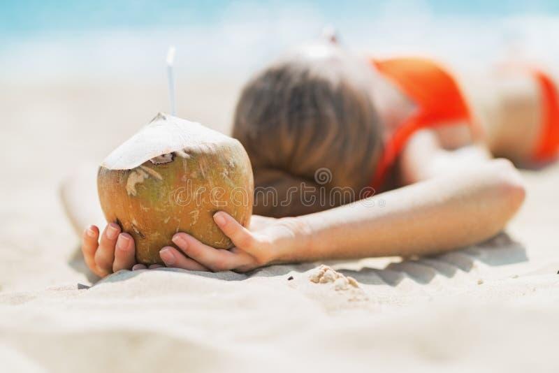 Plan rapproché sur la jeune femme tenant la noix de coco photo stock