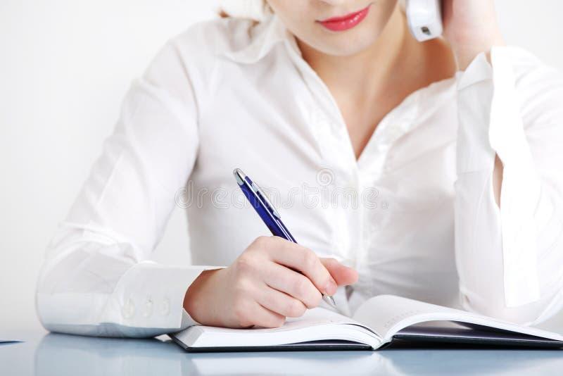 Plan rapproché sur la main d'écriture du `s de femme. image stock