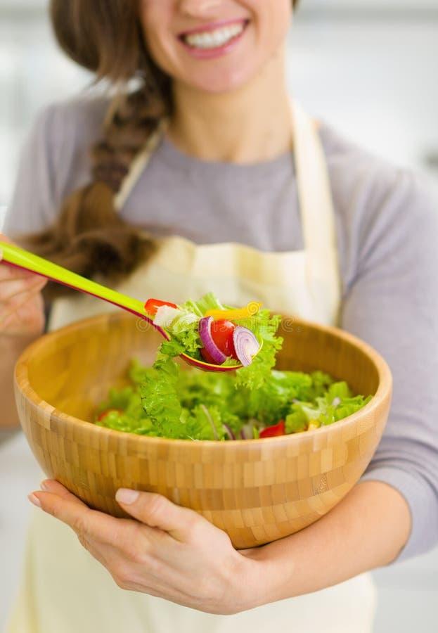 Plan rapproché sur la salade de légume frais à disposition de la femme images stock