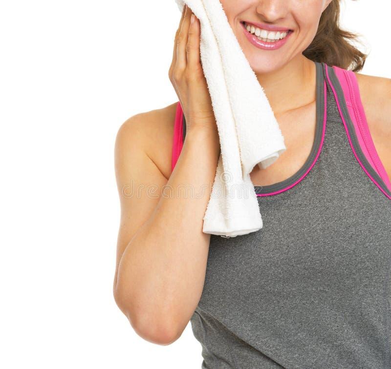 Plan rapproché sur la serviette de sourire de jeune femme de forme physique photographie stock
