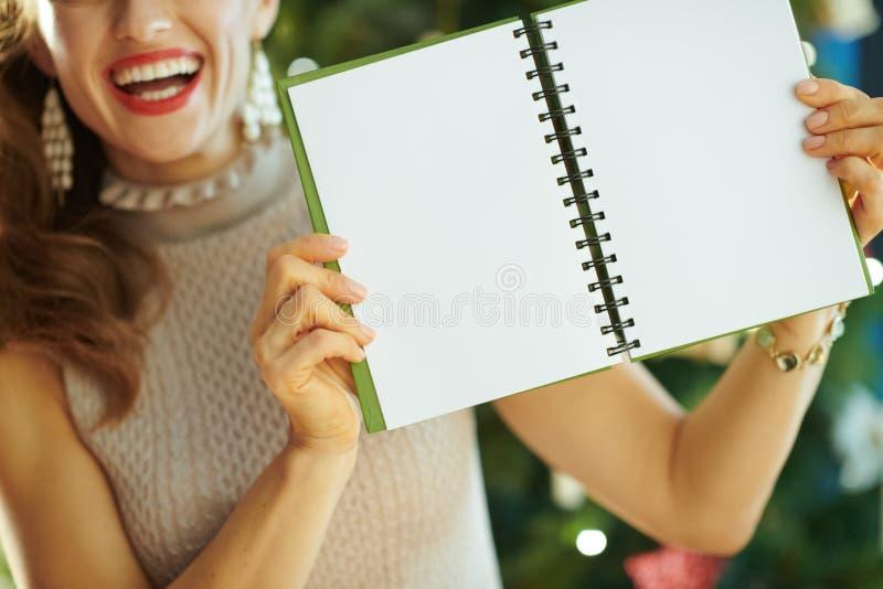 Plan rapproché sur le carnet de sourire d'apparence de femme avec les pages vides ouvertes images libres de droits