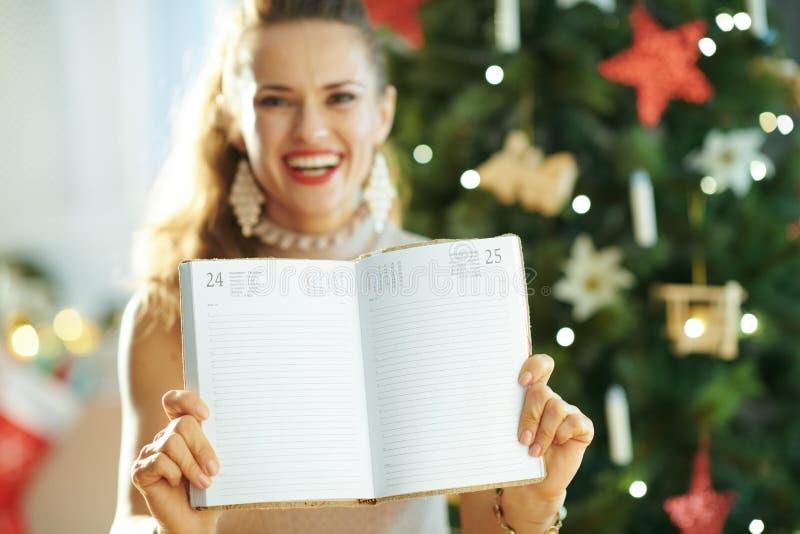 Plan rapproch? sur le journal intime heureux d'apparence de femme page le 25 d?cembre photos libres de droits