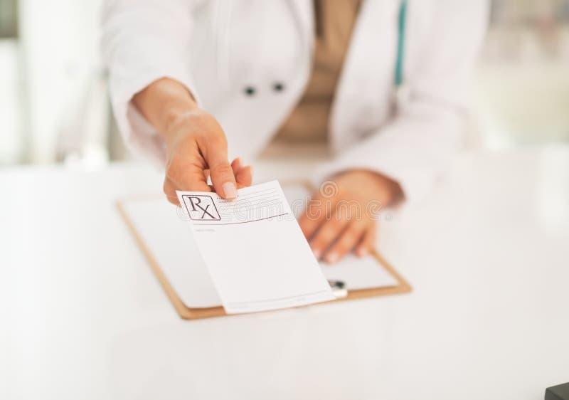 Plan rapproché sur le médecin donnant la prescription images stock