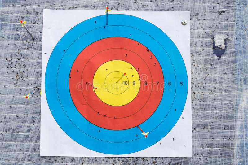 Plan rapproché sur le panneau extérieur de cible de tir à l'arc avec la flèche sur la boudine photographie stock libre de droits