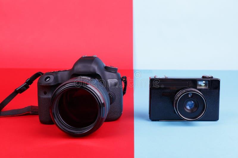 Plan rapproché sur les caméras différentes du fond deux de couleur image stock