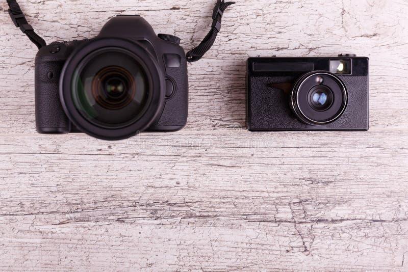 Plan rapproché sur les caméras en bois grises du fond deux photographie stock libre de droits