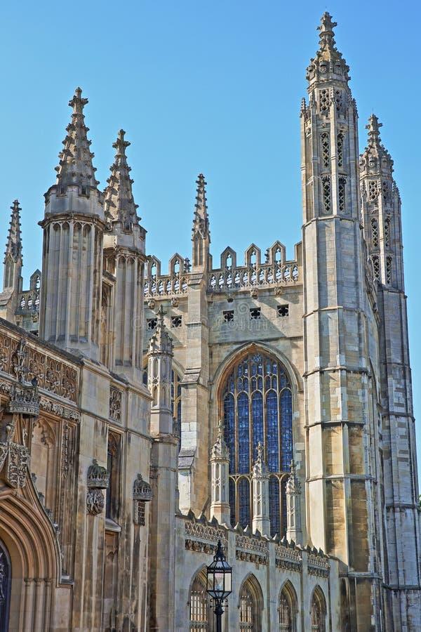 Plan rapproché sur les flèches de la chapelle gothique d'université du ` s de roi, Université de Cambridge image stock