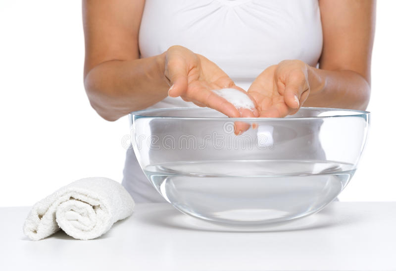 Plan rapproché sur les mains de lavage de femme heureuse dans le bol en verre avec de l'eau image libre de droits