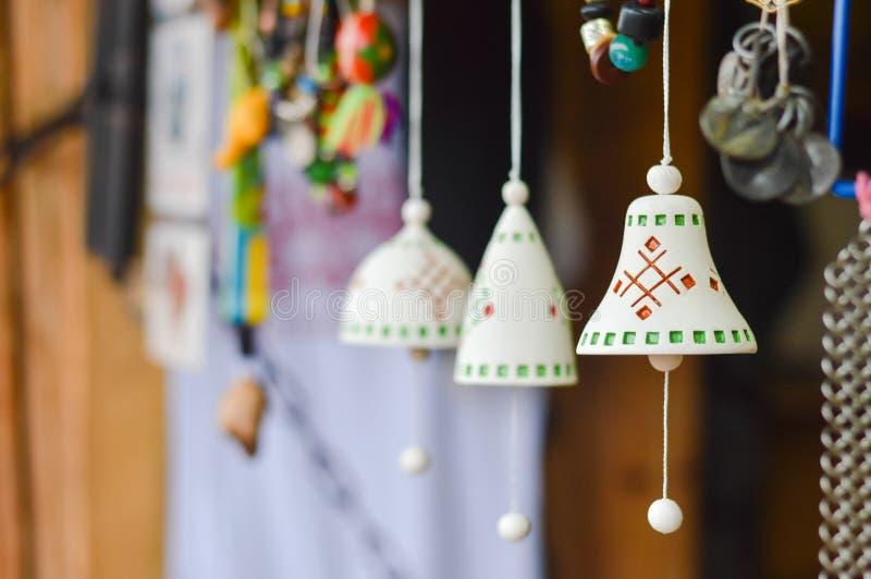 Plan rapproché sur les tintements du carillon en céramique traditionnels faits main avec l'ornement ethnique photo stock