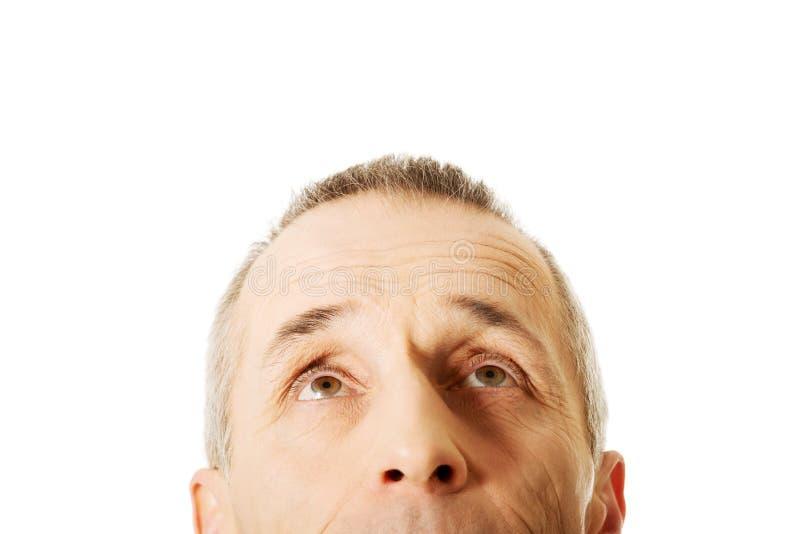 Plan rapproché sur les yeux masculins recherchant images libres de droits