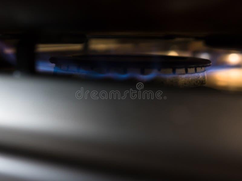Plan rapproché sur un brûleur allumé à cuisinière à gaz photos libres de droits