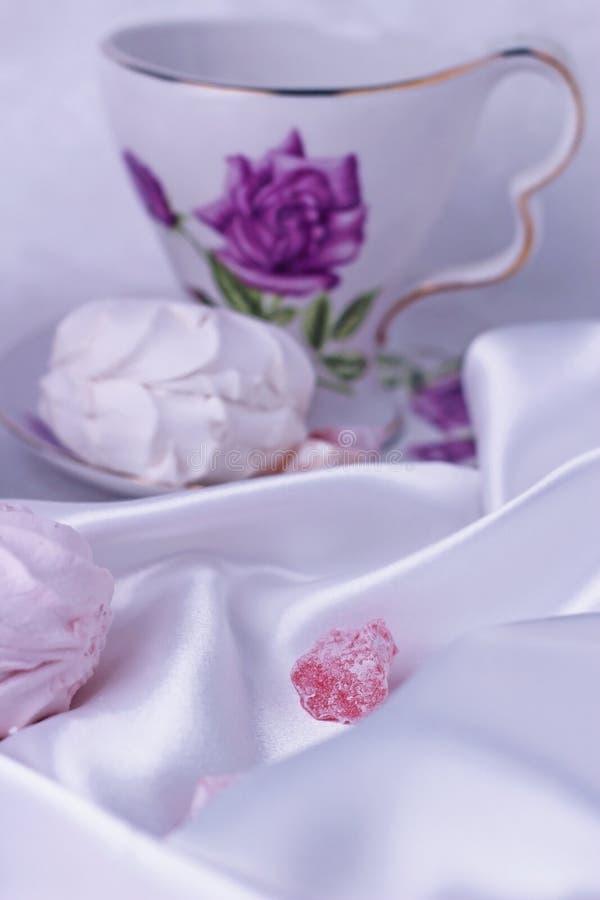 Plan rapproché sur un morceau de bonbons orientaux, qui se trouve sur la soie Guimauve et bonbons pour le thé Derrière eux est un photo stock