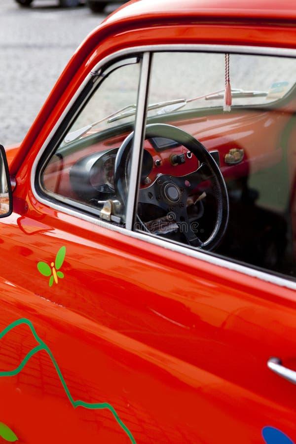 Plan rapproché sur une mini roue de véhicule rouge de cru photographie stock libre de droits