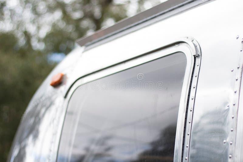 Plan rapproché tiré d'une fenêtre en métal illustration libre de droits