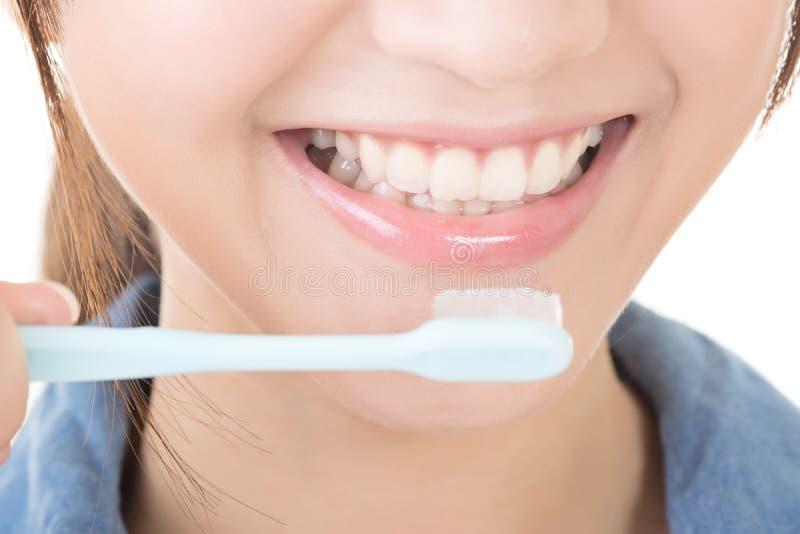 Plan rapproché tiré des dents de brossage de femme images stock