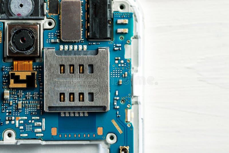 Plan rapproché tiré des pièces démontées de téléphone portable, l'espace des textes photo stock