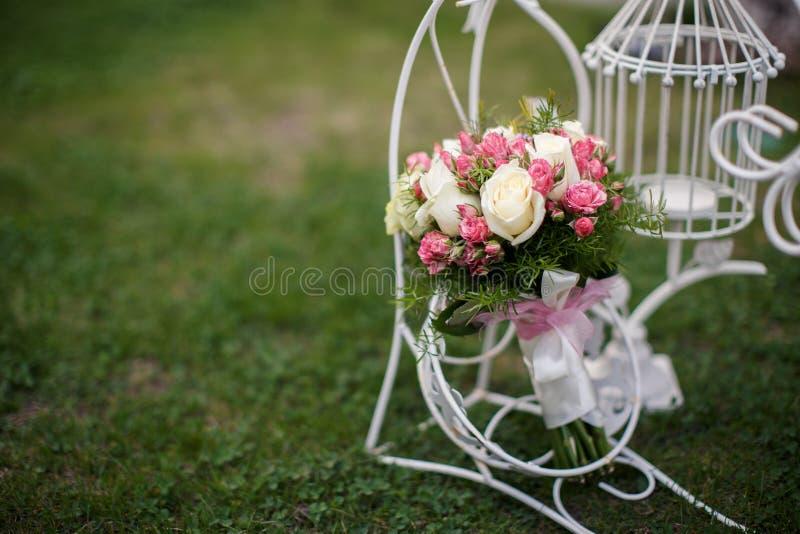 Plan rapproché tiré du beau bouquet de mariage images libres de droits