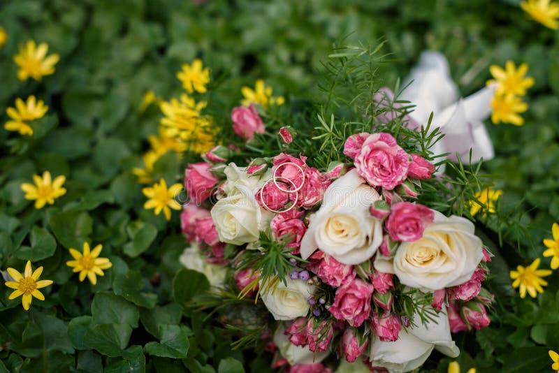 Plan rapproché tiré du beau bouquet de mariage image libre de droits
