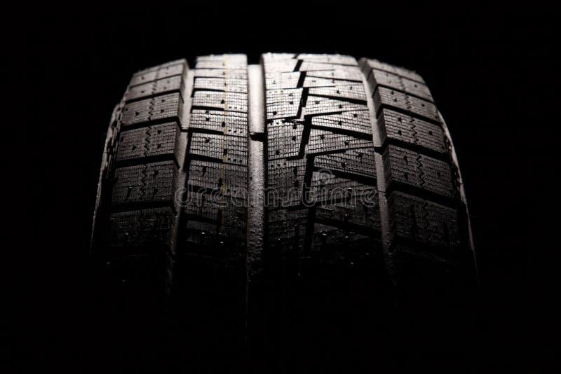 Plan rapproché tout neuf de pneu de véhicule. image stock