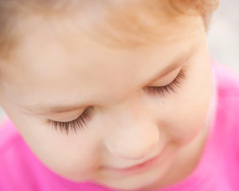 Plan rapproché triste de visage d'enfant. Enfant regardant vers le bas. images libres de droits