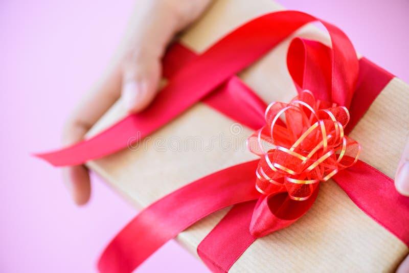 Plan rapproché un boîte-cadeau avec le ruban rouge Vacances, présent photos stock