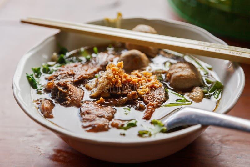 Plan rapproché une cuvette de style thaïlandais de soupe de nouilles de boeuf avec la lumière naturelle image stock
