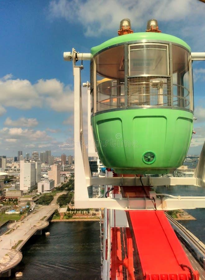 Plan rapproché vert de gondoles de carlingue de grande roue la tour en acier de Tokyo d'élévation résidentielle moderne élevée en photographie stock libre de droits