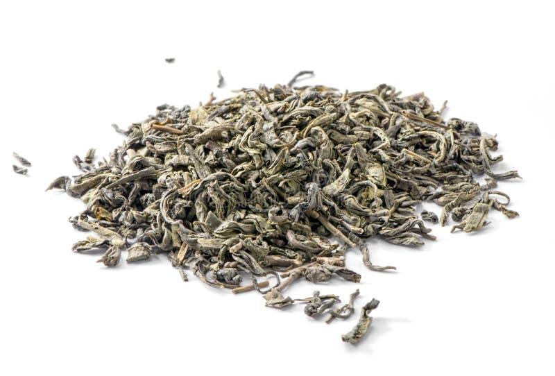 Plan rapproché vert fermenté de feuilles de thé d'isolement sur le fond blanc images libres de droits