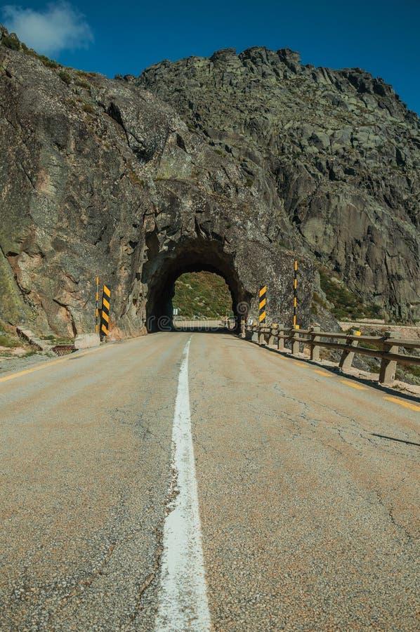Plan rapproch? d'asphalte sur la route avec le tunnel image stock