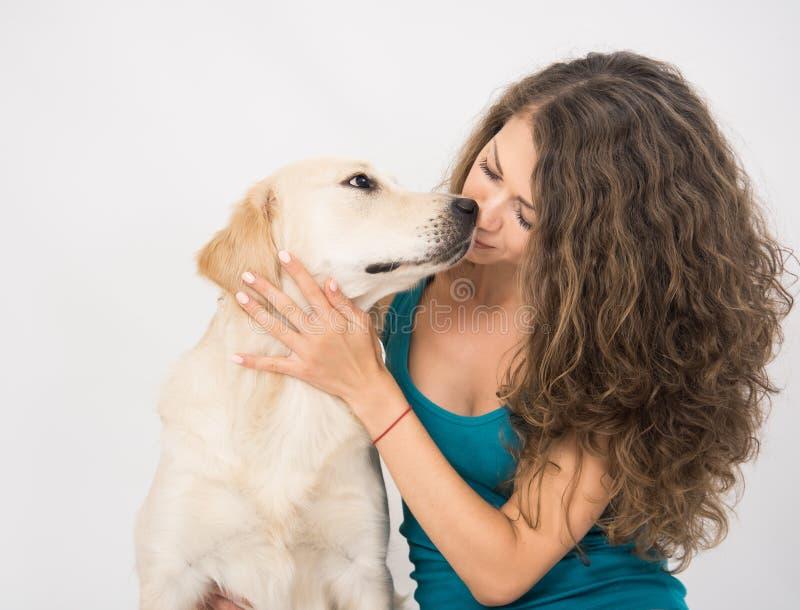 Plan rapproch? de femme se reposant avec son chien d'isolement sur le blanc photographie stock libre de droits
