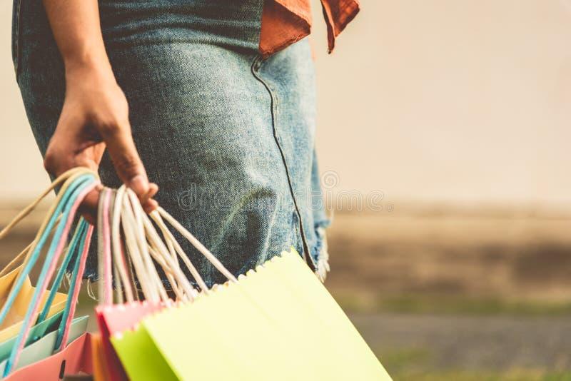 Plan rapproch? de femme tenant le sac ? provisions de papier de couleur ? la rue Vente d'?t? et concept d'achats de Black Friday  photo stock