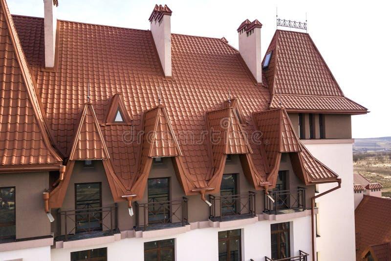 Plan rapproch? de l'ext?rieur de construction de fa?ade avec le mur de stuc, les balustrades de balcon de fonte, le toit raide de photographie stock libre de droits