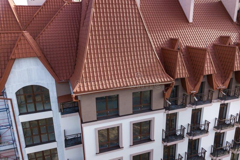 Plan rapproch? de l'ext?rieur de construction de fa?ade avec le mur de stuc, les balustrades de balcon de fonte, le toit raide de images stock