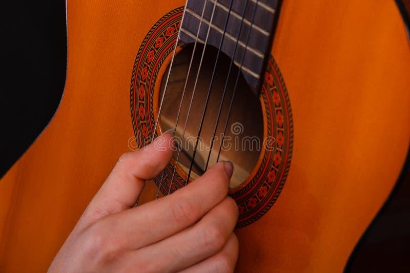 Plan rapproch? de l'homme jouant la guitare acoustique photo stock