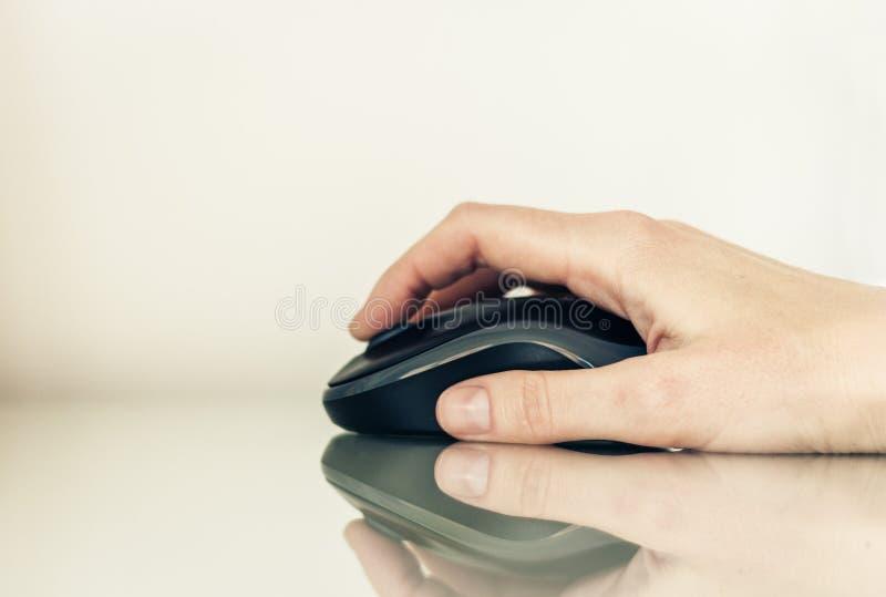 Plan rapproch? de la femme de main employant une souris d'ordinateur sur la table en verre, concept d'affaires photos libres de droits