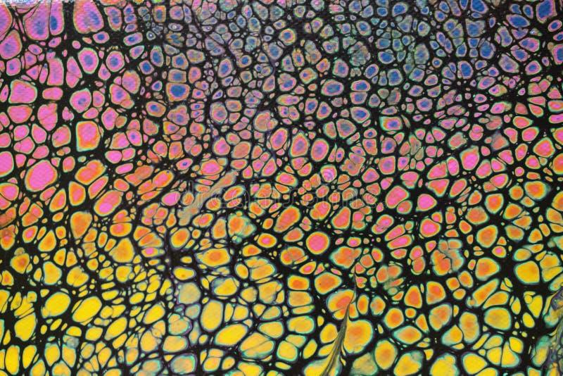 Plan rapproch? de la peinture acrylique multicolore vive de grand coup sur le fond noir photographie stock