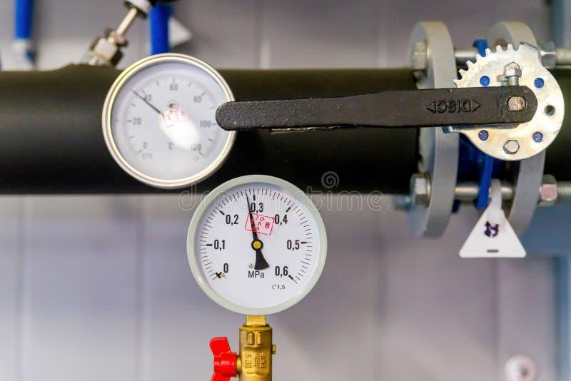 Plan rapproch? de manom?tre, pression de gaz de mesure Tuyaux et valves ? l'ensemble industriel Indicateur de pression, haut ?tro image libre de droits