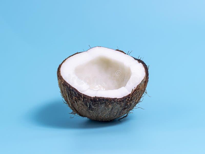 Plan rapproch? de noix de coco sur le fond bleu Fond d'?t? image libre de droits