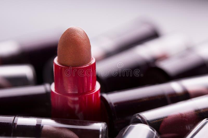 Plan rapproch? de rouge ? l?vres Beaucoup de tubes de rouge à lèvres photo stock