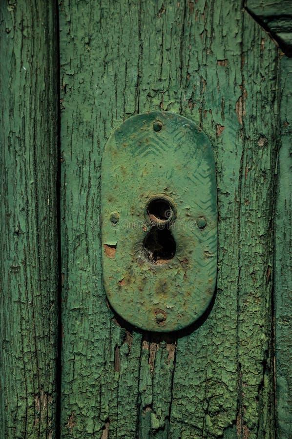 Plan rapproch? de trou de la serrure de fer travaill? dans une vieille porte us?e en bois photographie stock libre de droits