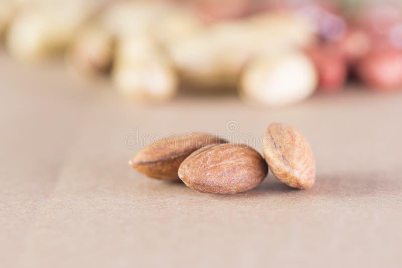 Plan rapproch? des graines s?ches au-dessus des noyaux secs d'amande de fond ? l'avant image stock