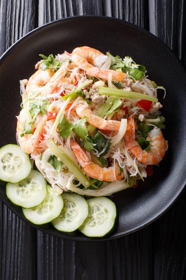 Plan rapproch? en verre de Yum Woon Sen de salade de nouille du plat Vue sup?rieure verticale images stock