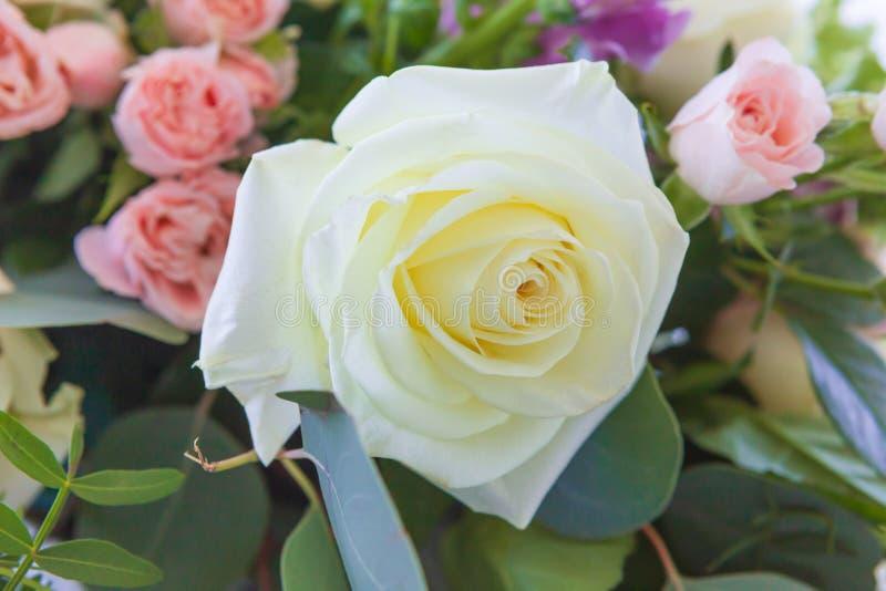Plan rapproch? Fleurs de mariage, plan rapproch? nuptiale de bouquet D?coration faite de roses et usines d?coratives photo libre de droits