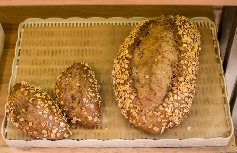 Plan rapproch? gratuit de g?teau de pain de courgette de gluten sur le fond en bois Une vue sup?rieure horizontale d'en haut Pain photographie stock