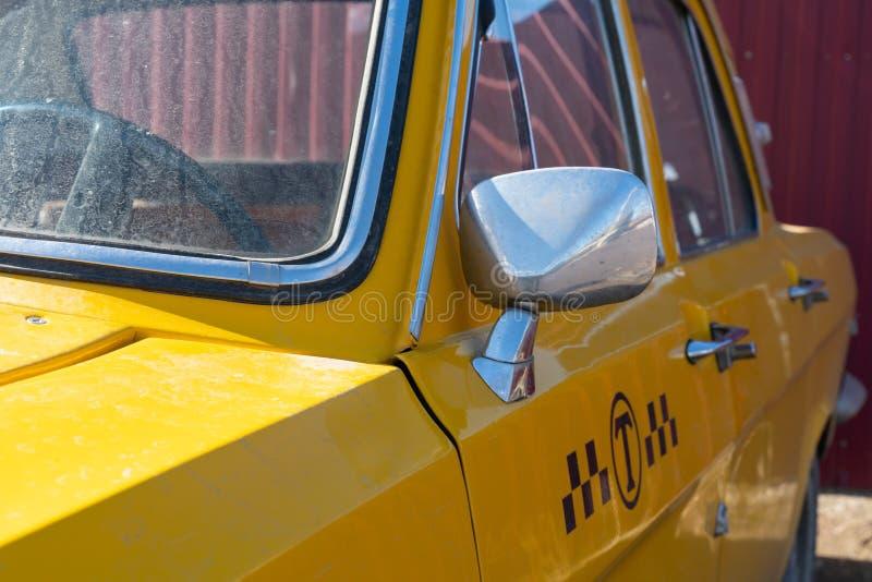 Plan rapproch? jaune de voiture de taxi ?l?ments de chrome de la carrosserie 60-70 ans photos stock