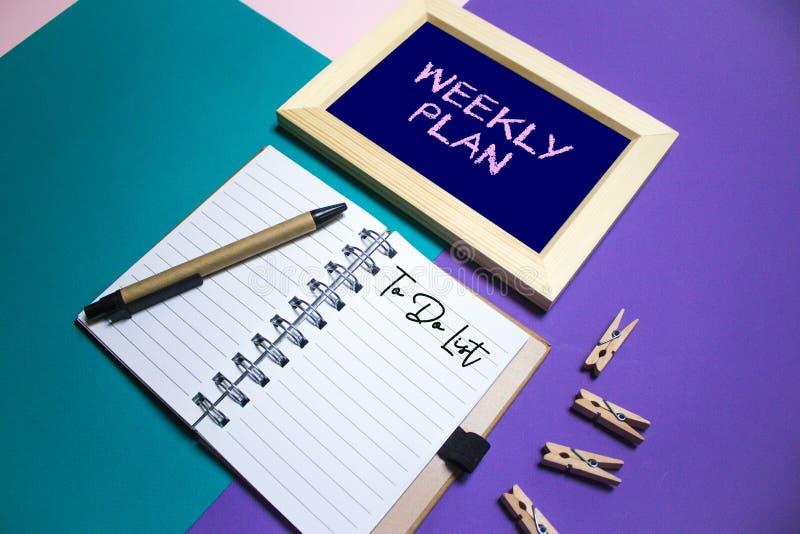Plan semanal Organice con la nota y hacer la lista en fondo imagenes de archivo