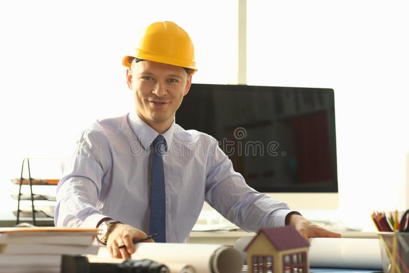 Plan sonriente de Worker Create Building del arquitecto imagenes de archivo