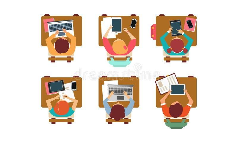 Plan vektoruppsättning av studenter som sitter bak skrivbord, bästa sikt Elever av skola eller universitetet rad av böcker vektor illustrationer